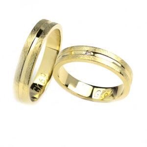 Klasyczne płaskie obrączki ślubne wykonane z żółtego złota z brylantem